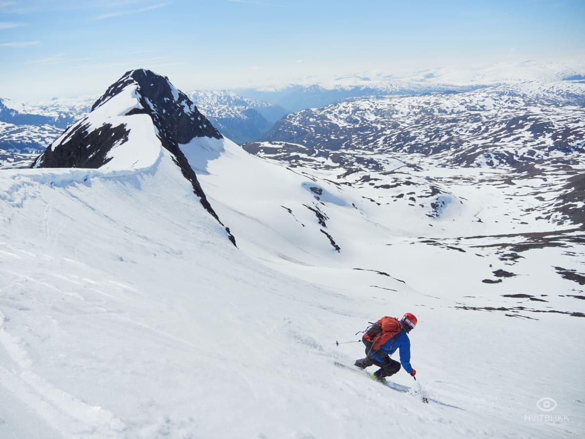 I PINSA: Håkan Steffanson i aksjon på sommerlig snø på Steindalsnosi i Hurrungane. Foto: Timme Ellingjord