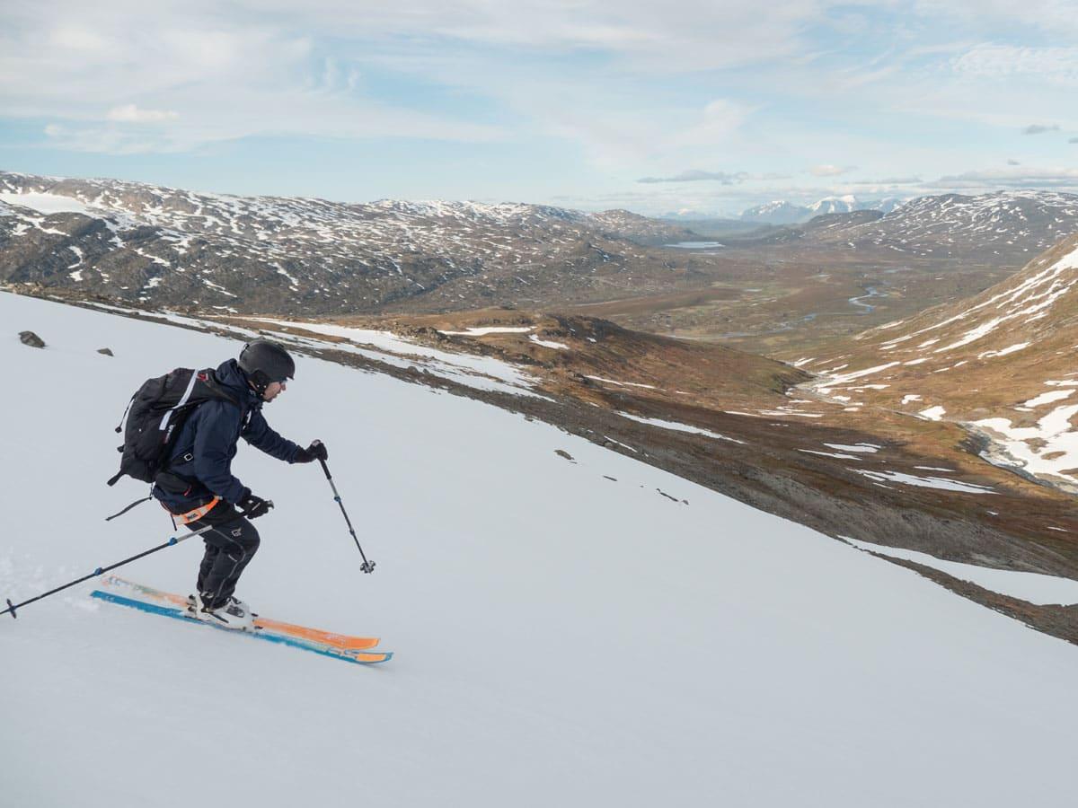 SOMMERSKI: Anders Stormo nyter nydelig skiføre i Ofoten i slutten av juni 2019. Foto: Timme Ellingjord