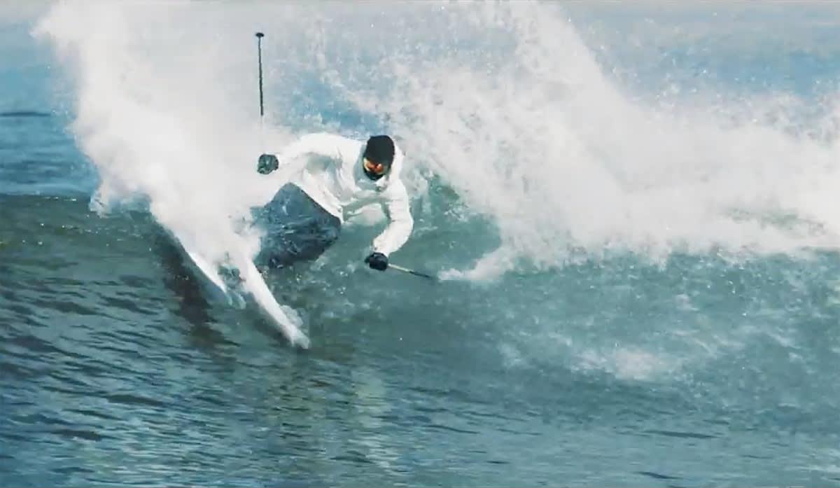 SOMMERSKI: Candide Thovex kjører ski på surfebølger som om bølgene var perfekt sommersløsj.