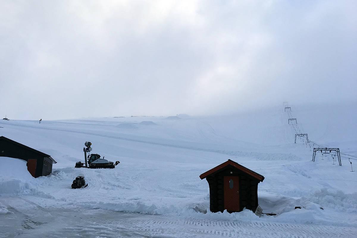 ÅPNER: Nå åpner Galdhøpiggen sommerkisenter, og der er det sløsj. Bildet er tatt på 17. mai. Foto: Even Sigstad