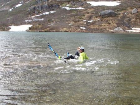 Ola Berger tar seg et bad etter turen på Lille Venjetind