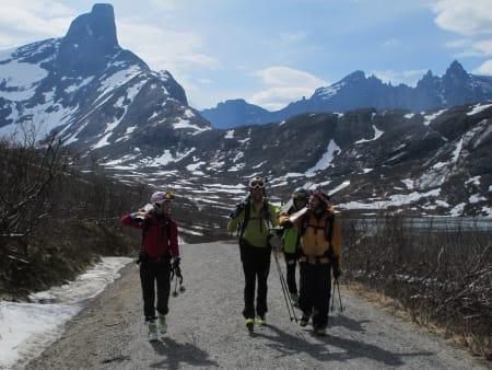 Veldig førnøyd gjeng med Romsdalshorn og Trolltiindane i bakgrunnen