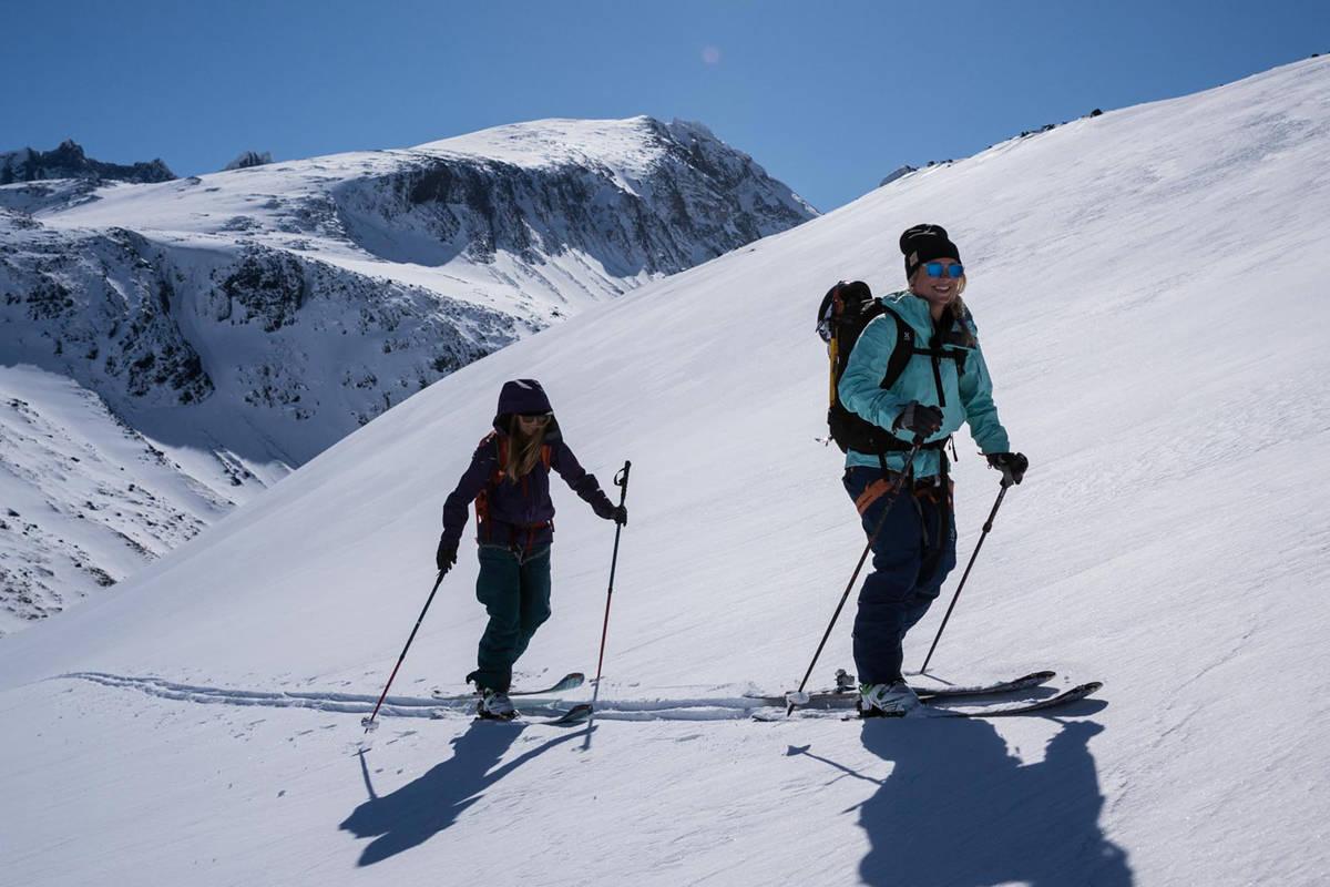 FILMSTJERNER: Anja Alme Gardli (til venstre) og Linn Cecilie Mæhlum debuterer som skifilmstjerner i Supervention 2. Her er de på innspilling i Hurrungane. Foto: Bård Basberg