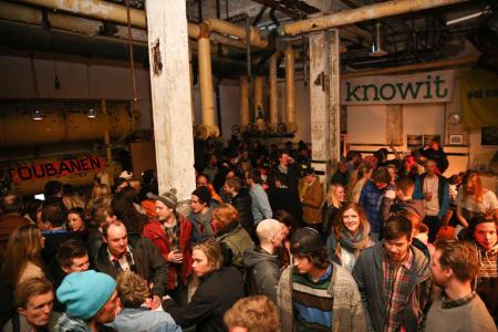 SOSIALT: Folket samles på Tau Scene på kveldene. Foto: Ruben Wallin.