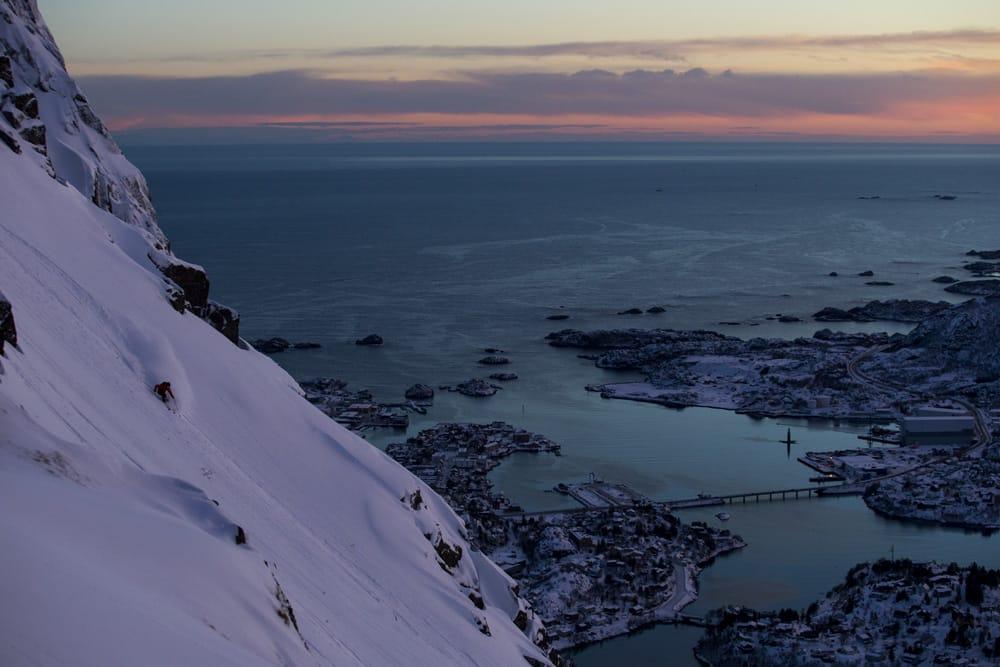 LOFOTEN: Austin Ross kjører ned et av Lofotens flotte fjell. Foto: Adam Clark