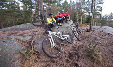TESTPAUSE: Erlend Sande, Gaute Reitan, Jo-Inge Mandt og Mathias Marley på toppen av Barlindåsen. Foto: Christian Nerdrum