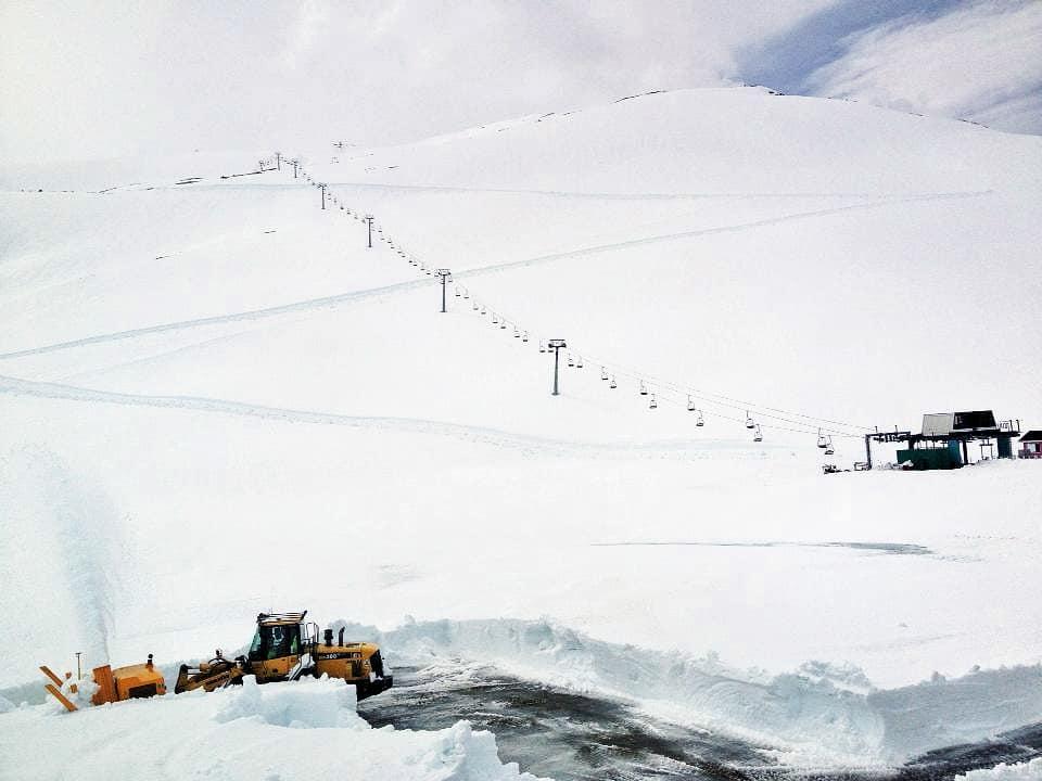 FINE FORHOLD: Sånn ser det ut på Stryn i dag. Veien er åpen og det er mellom tre og fem meter snø. Lørdag starter heisene! Foto: Emil Eriksson
