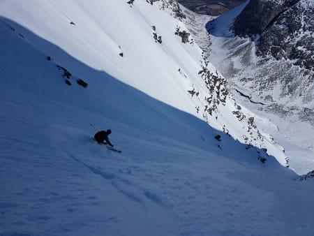BRATT OG LANGT: Steffen Fjelldal i aksjon på 1100 høydemeter med perfekt snø – på Nord-Europas største kystfjell. Foto: Trygve Sande