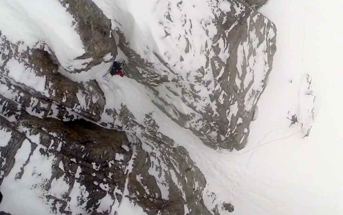 BRATT: Sam Anthamatten på vei opp ei linje som knapt er kjørbar, men han har ski på sekken likevel.