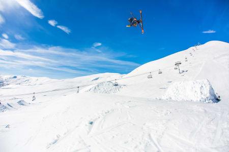 VOSSAVERT: Klaus Finne er oppvokst på gård og ikke fremmed for å ta i et tak, heller ikke for å fikse skifest i Myrkdalen. Bonusen er at da får han teste hoppene først. Foto: Andreas Løve Storm Fausko
