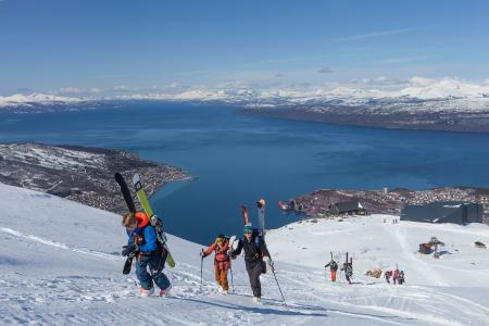Søndagens felleskjøring startet for de aller fleste med en gåtur fra toppen av Narvikfjellets gondol. Foto: Jan Arne Pettersen