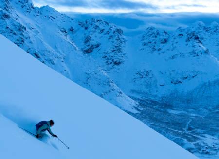 OVERRASKELSE: Når meteorologene melder knapt nok nedbør i det hele tatt, og man bor i Lofoten, da er gleden stor når sånne skiforhold åpenbarer seg om morgenen! Foto: Signar André Nilsen