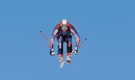 FARTSTRENING: Aksel Lund Svindal finner balansen i lufta under utfortrening i Røldal i 2008. Bilde: Endre Løvaas
