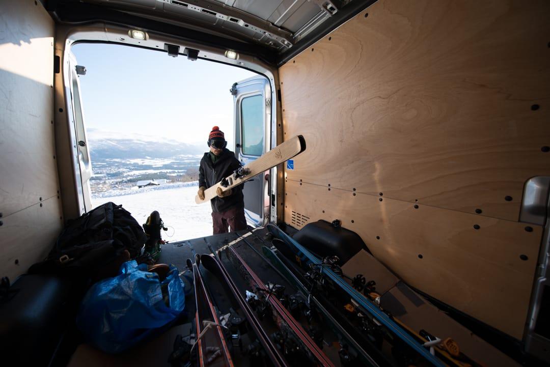 TESTING, TESTING: Femten par topptur- og frikjøringsski er med i årets første skitest. Foto: Martin Innerdal Dalen