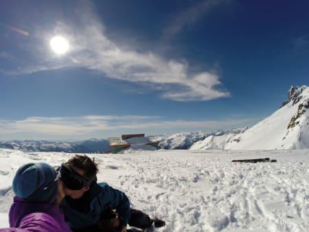 Romantikk foran hytta i Tantalus Range.