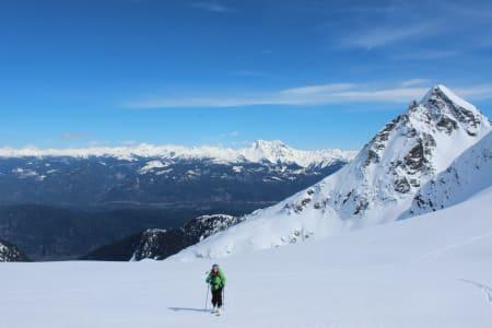 På tur tilbake til hytta etter en lang dag. Mount Garibaldi og Alpha Mountain i bakgrunnen