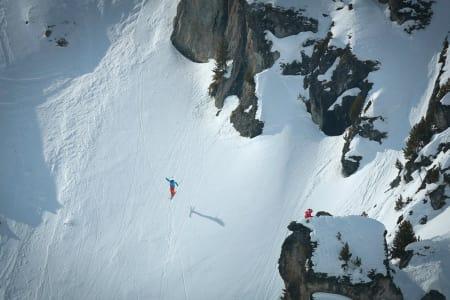 IMPONERTE ALLE: Her er Dennis Risvoll i ferd med å lande en vanvittig stor backflip i Nendaz. Landinga stompa han, men det ble verre da han skulle få snøen ut av skibrillene i 100 km/t like etter. Foto: Germain Arias-Schreiber
