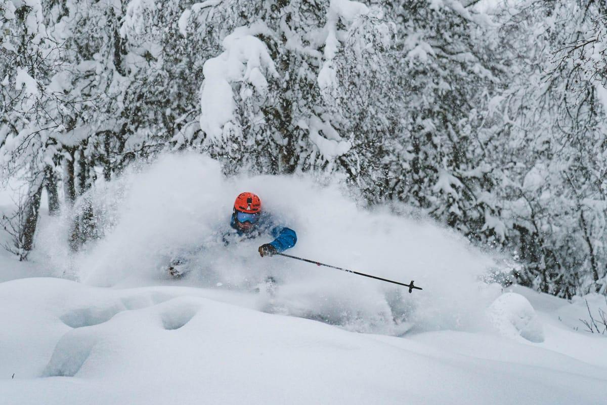 ÅRETS SJETTE TUR: Ivar Løvik har gått mange turer i anlegget i høst, men endelig kunne han kjøre i snø som dette uten å ha gått opp for egen maskin. Foto: Bård Basberg