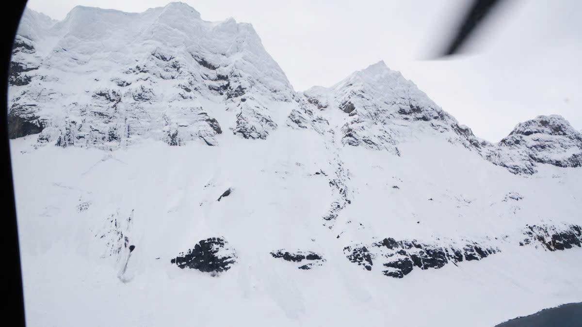 SKREDET: Skredet sett fra Sysselmannens helikopter. Foto: Sysselmannen på Svalbard