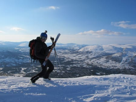 Bård Smestad psyker seg opp på toppen av Storskæra. Foto: Yngve Dalquist