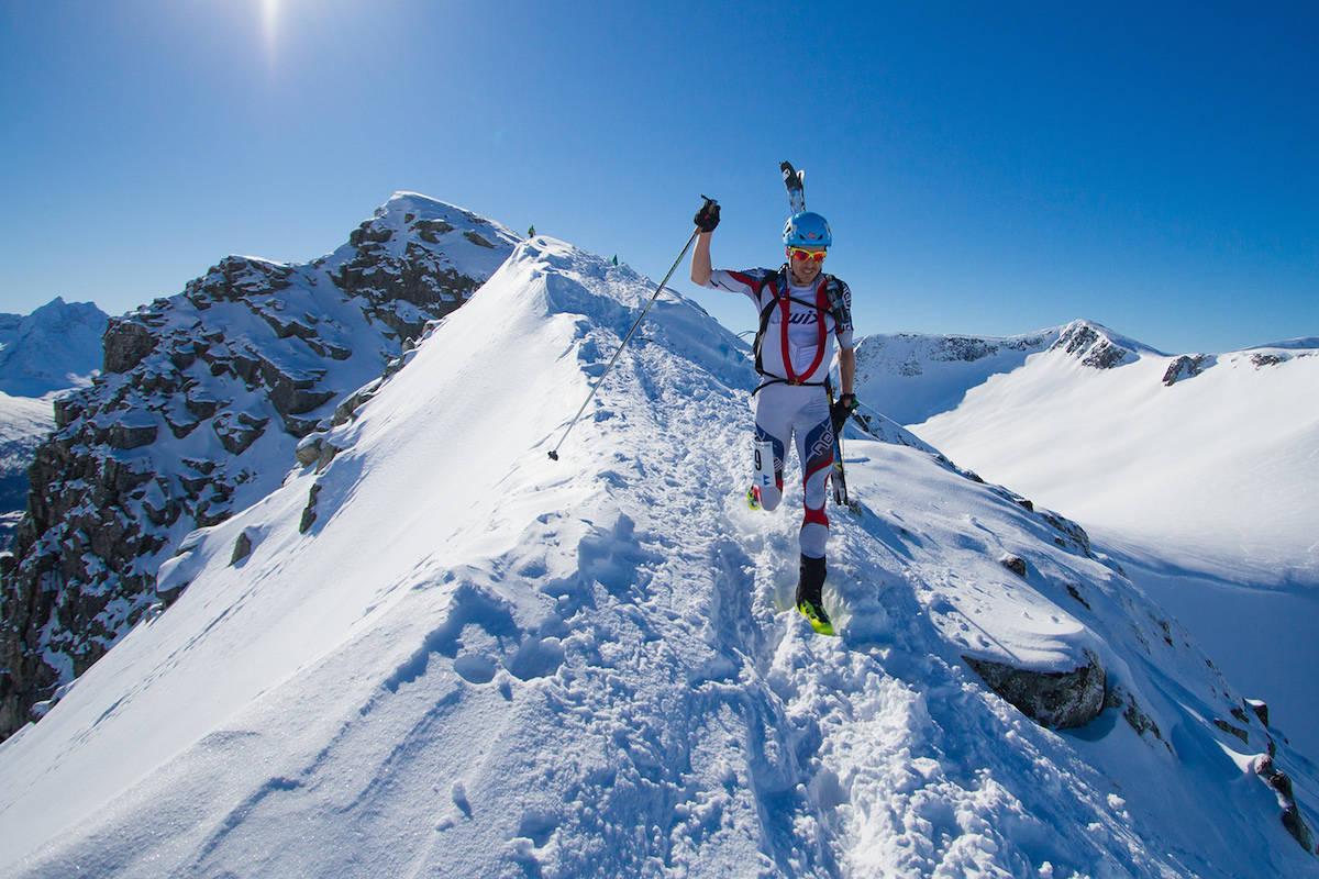 SKYRUNNING: Lars Erik Skjerheim kastet ikke bort tid på toppen av Galtåtind. Foto: Daniel Kvalvik