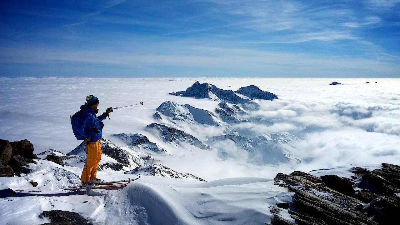 IKKE TOPPTUR: – Legger ved et høyaktuelt bilde fra en jobbtur i Monte Rosa. Høyaktuelt fordi vi aldri hadde ambisjoner om å komme oss på noe topp. Høyaktuelt fordi vi var både i skog og på nesten på 4000 meter. Høyaktuelt fordi vi enkelt og greit var på en ALPIN SKITUR! Bilde er tatt av Tormod Sætre, en av flere spreke gjester på denne turen, skriver Nils Nielsen.