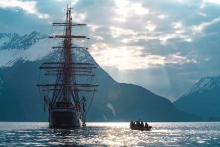 UNIK OPPLEVELSE: Med seilskuta Christian Radich som utgangspunkt får toppturen en helt ny dimensjon. Foto: Martin Olson