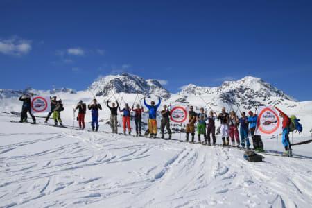 HELISKIMOTSTANDERE: 25 personer gikk til topps på Fastdalstinden i helga. Målet var ikke toppen, men å markere motstand mot Ola Giævers planer for heliskiing i Lyngen. Foto: Kjetil Samuelsen
