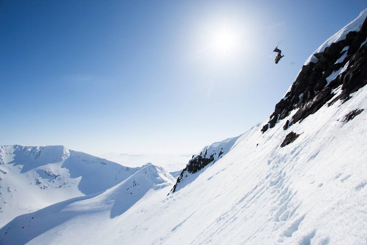 INTERNASJONAL OG MODERNE: I gamle dager skulle man ta «freestyle to the big mountain». Robert tar det et steg videre, og sender en 15 meter høy backflip fra Norge og inn i Sverige med klatresele på og isøks på sekken. Eller på godt norsk; «taking freestyle to the alpine». Foto: Tore Meirik