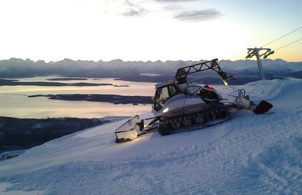 FARLIG WIRE: Her er Pål Nakken på jobb i Tusten skisenter utenfor Molde. Wiren til tråkkemaskina kan være svært farlig for folk som oppholder seg i skianlegget utenfor åpningstiden. Wiren er en kilometer lang. Foto: Privat