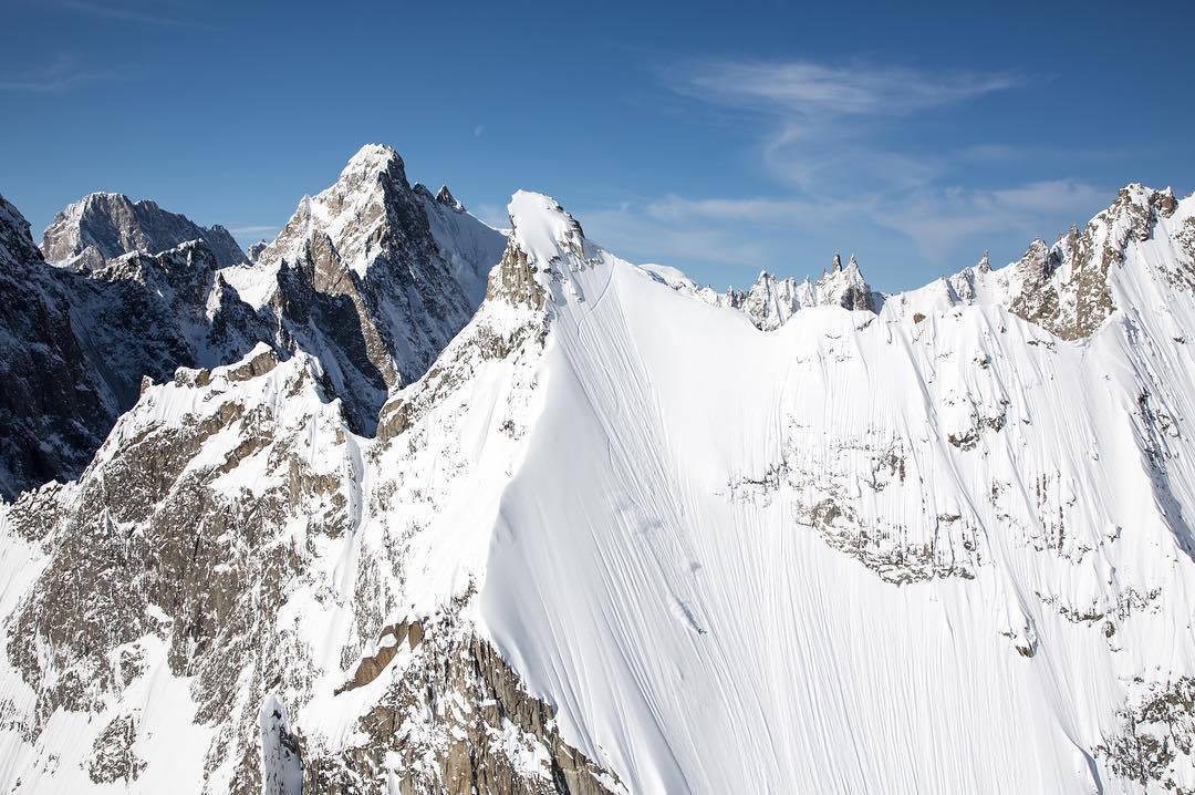 EN SVENSKE I CHAMONIX: Wile Lindberg kjører enorme linjer i Chamonix i den nye Nuit de la Glisse-filmen - her på Aiguille d´Amone. Foto: Soren Rickards