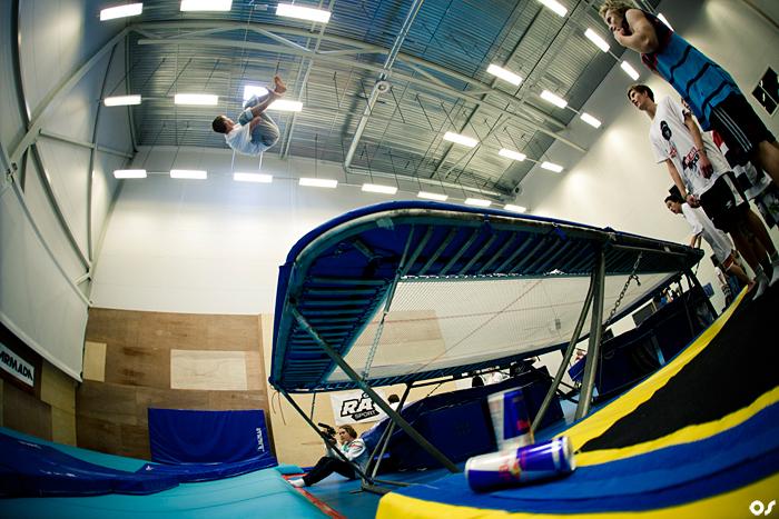 GOD TRENING: Trampoline er et veldig effektivt verktøy for å lære seg triks, og de fleste har trampoline i hagen. Foto: Olav Stubberud