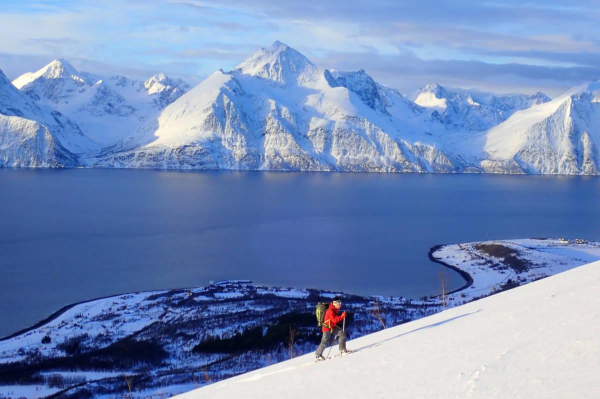 REDAKTØRER PÅ TUR: Her er Erlend Sande på ski i Kåfjord. Fotograf er medredaktør Espen Nordahl. Foto: Espen Nordahl