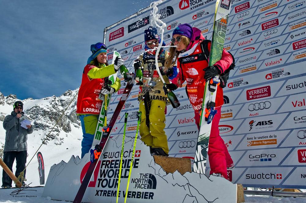 PÅ TOPPEN: Pia Nic Gundersen fikk smake champagne både fra øverste (Verbier Extreme) og fra tredje (sammenlagt) trinn på seierspallen lørdag. Foto: Elliott Mazzola