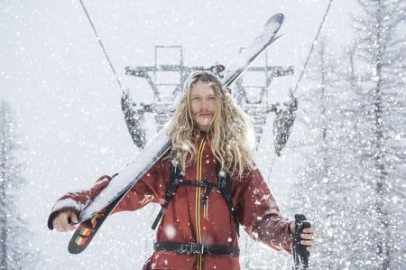 TYPISK SVENSK: Langt hår, brede ski på skuldra, tynn bart, stolheis og pudder gjør dette til et bilde med alle ingredienser i foto av svenske frikjørere. Men Jacob Wester er sjeldent dyktig, og dermed er dette bildet langt mer uvanlig. Foto: Daniel Rönnbäck