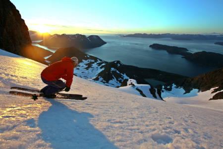VAKKERT: Nydelig sommerskikjøring i midnattssol på Kågtind i Nord-Troms. Foto: Jan Arild Hansen