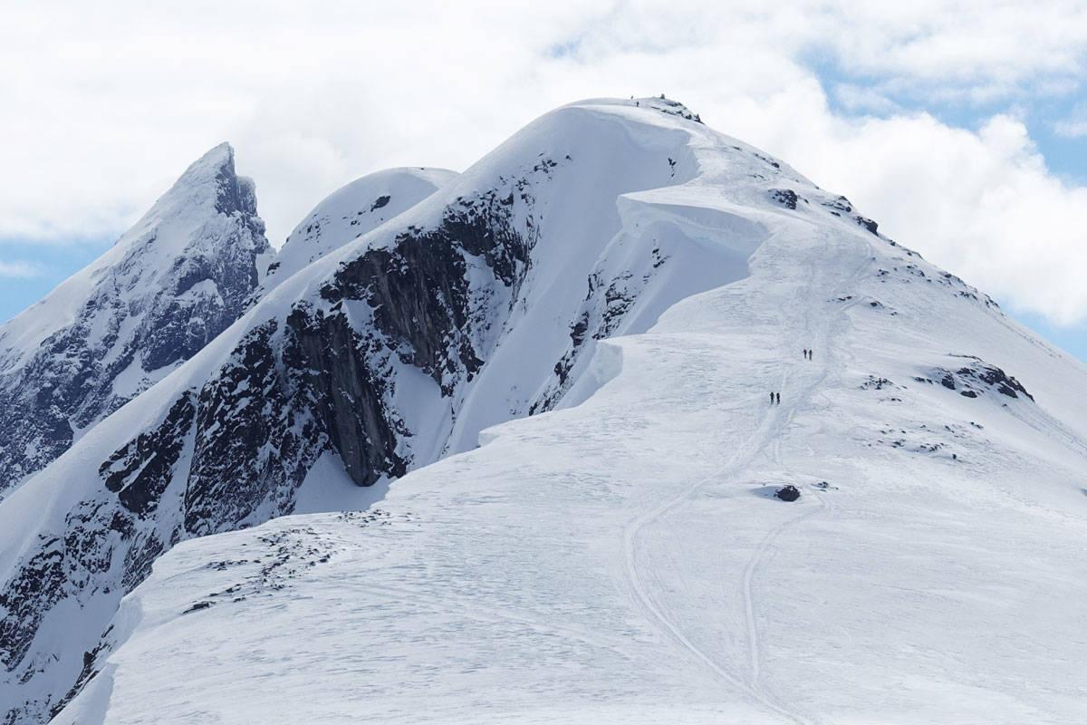 SKUMMEL SKAVL: Langs den mest brukte ruta opp på klassikeren Blånebba i Romsdal er det viktig å ikke BARE nyte utsikten til nydelige Store Vengetind (til venstre). Man må også passe seg for skavlen som går langs store deler av toppryggen. Foto: Tore Meirik
