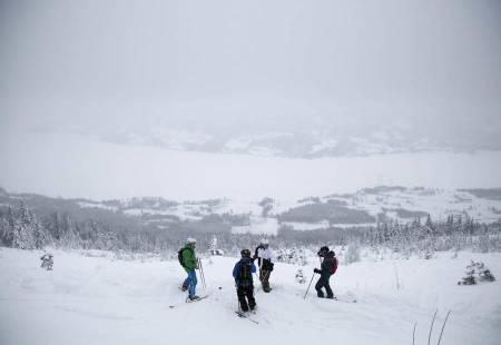 HOGSTFELT: Stian Skinnes Fossen, Sondre Dan Lindkjølen, Ole Andre Granum og Knut Erik Ringnes pauser før pudderkjøringen fortsetter.