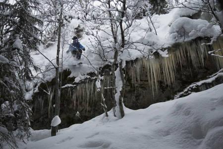 ICY: Sondre Dan Lindkjølen med en slags dobbeldropp mellom trærne.