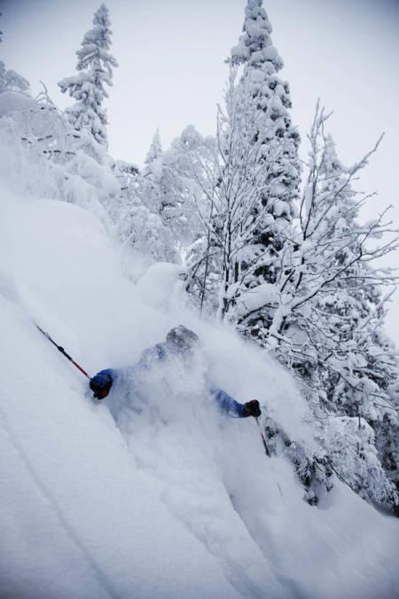 SNORKELFØRE: Sondre Dan Lindkjølen plløyer spor med skiene mens han prøver å puste med munnen.