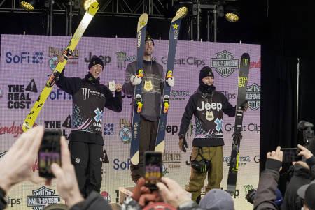 IMPONERTE: Ferdinand Dahl (til høyre) ble nummer tre i X Games slopestyle. Alex Hall vant og Alex Beaulie-Marchand ble nummer to. Foto: Luke Allen