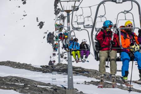 UTSATT: Stolheisen på Stryn sommerski åpner ikke i morgen på grunn av manglende tillatelse fra Taubanetilsynet. Målet er sesongstart på Tystigbreen fredag. Foto: Olav Standal Tangen