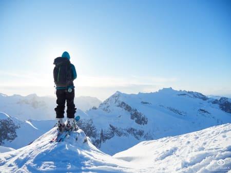 ENDELIG: Connie Veronica Lindèn nyter vakker utsikt og fin snø på Kvaløya i Troms. Foto: Timme Ellingjord