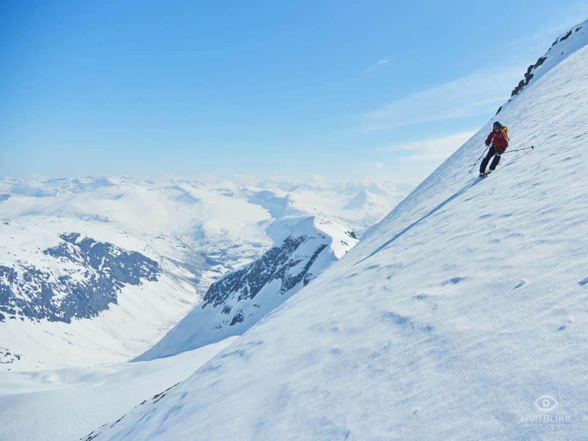VARMT: Gry Einrem setter fine svinger på vei ned fra Hornindalsrokken. Foto: Timme Ellingjord