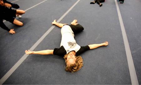 BØY OG TØY: Det er ikke trim for eldre, men en god, gammeldags oppvarmingsøvelse for Aleksander Aurdal før han inntar trampolinen i Heminghallen. Bilde: Christian Nerdrum