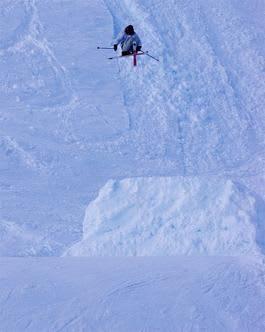 SKYHØYT: Erik Naess flyr 8 meter over kulen og 40 meter i Ådalen. Bilde: Endre Løvaas
