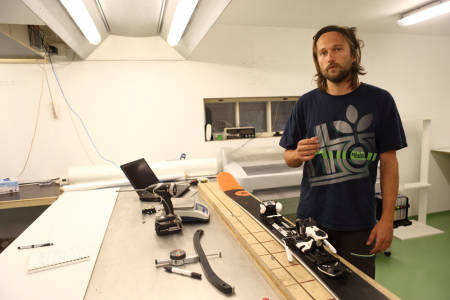 GRUNDIG: Endre Hals går ekstremt grundig til verks når han tester ski, noe som har gjort Fri Flyts skitest helt unik. Endres oppfinnelse SFI –som gir et nøyaktig bilde av skiens fleks- er sentralt i prosessen. Foto: Tore Meirik