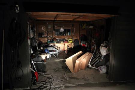FJERNLYS: Nettredaktørens garasje opplyst med fjernlysene på bilen. Foto: Tore Meirik