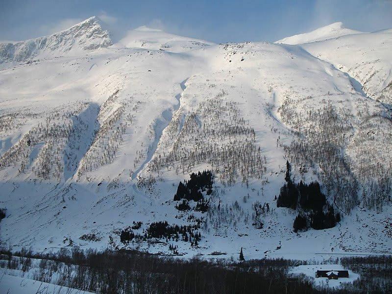 LEIRÅTIND: Her skal det flys helikopter til helga, og hvis alt går som det skal, kommer Skandinavias største alpinanlegg i området mellom fjellene Leiråtind (til venstre) og Stormyrtind. Foto: Avisa Nordland