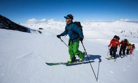 ERFARNE GUIDER: Stian Hagen er slett ingen hvemsomhelst i norsk skisammenheng, og han er, sammen med tindevegleder Markus Landrø, en av guidene inkludert i premien. Foto: Christian Nerdrum